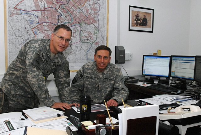 COL Mansoor and GEN Petraeus in Office (Oct 2007).JPG
