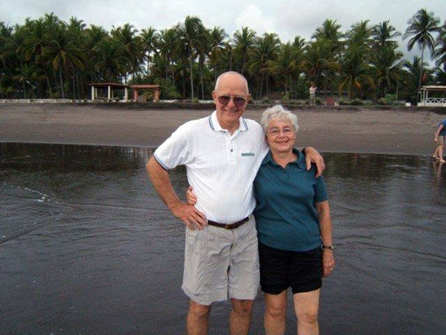 David and Dorothy at El Salvador beach 2008.jpg